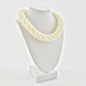 Široka prepletena ogrlica v beli barvi