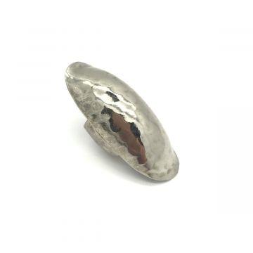 Velik prstan srebrne barve