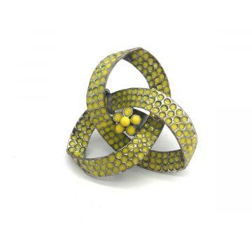 Velik kovinski prstan v rumeni barvi