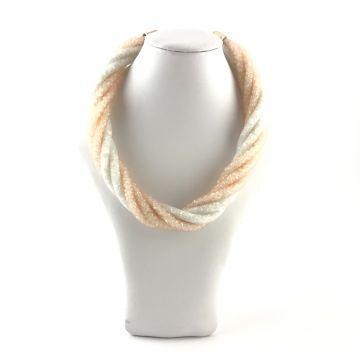 Široka prepletena ogrlica v beli in marelični barvi