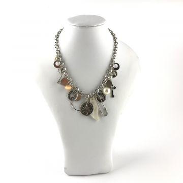 Ogrlica z obeski v srebrni barvi