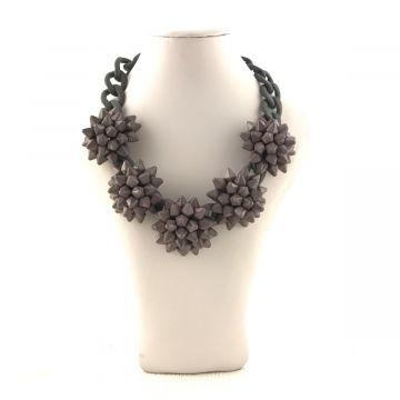 Ogrlica s špičkami sive barve